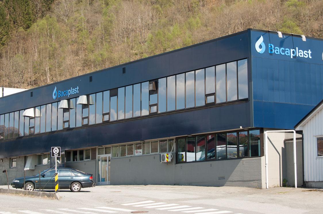 Bacaplast sitt produksjonsbygg er lokalisert i Ulsmågvegen